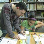 צ'רקה מנחה תלמידה בשולחן הקומיקס